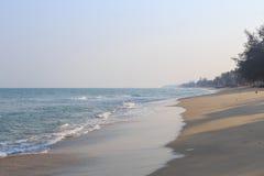 Κύμα της θάλασσας στην παραλία άμμου Στοκ Εικόνες