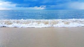 Κύμα της θάλασσας στην παραλία άμμου Στοκ εικόνα με δικαίωμα ελεύθερης χρήσης