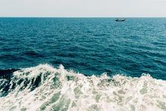 Κύμα του σκάφους στην επιφάνεια νερού στη θάλασσα Στοκ φωτογραφία με δικαίωμα ελεύθερης χρήσης