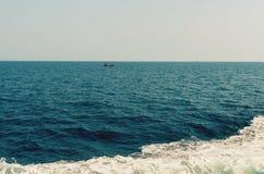 Κύμα του σκάφους στην επιφάνεια νερού στη θάλασσα Στοκ εικόνες με δικαίωμα ελεύθερης χρήσης