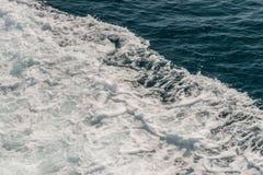 Κύμα του σκάφους στην επιφάνεια νερού στη θάλασσα Στοκ Εικόνες