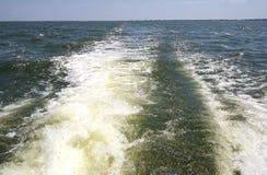 Κύμα τόξων της γρήγορης βάρκας μηχανών στη θάλασσα και το γραφικό μπλε ουρανό Στοκ φωτογραφία με δικαίωμα ελεύθερης χρήσης