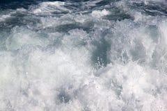 Κύμα ψεκασμού αφρού θάλασσας Στοκ Φωτογραφίες