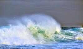 κύμα ψεκασμού ενάντια σε έναν θυελλώδη ουρανό Ισχυρό ωκεάνιο σπάσιμο κυμάτων Κύμα στην επιφάνεια του ωκεανού Σπασίματα κυμάτων στ Στοκ εικόνα με δικαίωμα ελεύθερης χρήσης