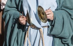 Κύμβαλα παιχνιδιού θιασωτών κατά τη διάρκεια του ειδωλολατρικού τελετουργικού Στοκ Εικόνες
