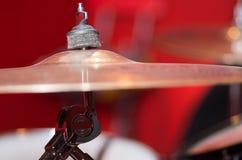 Κύμβαλο κινηματογραφήσεων σε πρώτο πλάνο με το ορατό μουτζουρωμένο υπόβαθρο drumkit εν μέρει, έννοια εξοπλισμού στούντιο Στοκ εικόνες με δικαίωμα ελεύθερης χρήσης