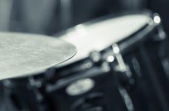 Κύμβαλο κινηματογραφήσεων σε πρώτο πλάνο με το ορατό μουτζουρωμένο υπόβαθρο drumkit εν μέρει, έννοια εξοπλισμού στούντιο Στοκ φωτογραφίες με δικαίωμα ελεύθερης χρήσης