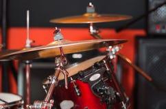 Κύμβαλο κινηματογραφήσεων σε πρώτο πλάνο με το ορατό μουτζουρωμένο υπόβαθρο drumkit εν μέρει, έννοια εξοπλισμού στούντιο Στοκ εικόνα με δικαίωμα ελεύθερης χρήσης