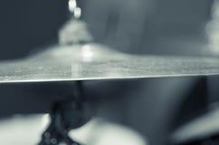 Κύμβαλο κινηματογραφήσεων σε πρώτο πλάνο με το ορατό μουτζουρωμένο υπόβαθρο drumkit εν μέρει, έννοια εξοπλισμού στούντιο Στοκ Εικόνες