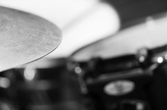 Κύμβαλο κινηματογραφήσεων σε πρώτο πλάνο με το ορατό μουτζουρωμένο υπόβαθρο drumkit εν μέρει, έννοια εξοπλισμού στούντιο Στοκ Εικόνα