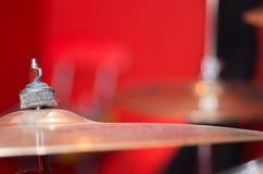 Κύμβαλο κινηματογραφήσεων σε πρώτο πλάνο με το ορατό μουτζουρωμένο υπόβαθρο drumkit εν μέρει, έννοια εξοπλισμού στούντιο Στοκ Φωτογραφία