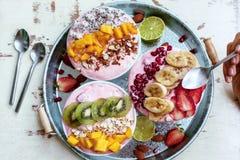 Κύπελλα καταφερτζήδων με τα τροπικά φρούτα Στοκ Φωτογραφίες