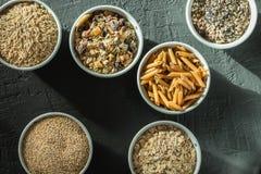 Κύπελλα με ολόκληρους τους υδατάνθρακες σιταριού, τις βρώμες, το καφετί ρύζι, τους σπόρους, quinoa και ολόκληρα τα ζυμαρικά σιταρ Στοκ φωτογραφία με δικαίωμα ελεύθερης χρήσης