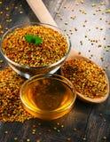 Κύπελλα με τη γύρη και το μέλι μελισσών στον πίνακα κουζινών Στοκ φωτογραφίες με δικαίωμα ελεύθερης χρήσης