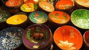 Κύπελλα που γίνονται ζωηρόχρωμα από την καρύδα στοκ εικόνες με δικαίωμα ελεύθερης χρήσης