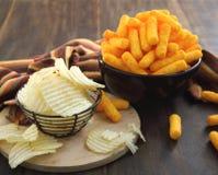 Κύπελλα που γεμίζουν με τα τσιπ πατατών και τα ραβδιά τυριών Στοκ Εικόνες