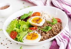 Κύπελλα του Βούδα κουάκερ φαγόπυρου με τα παντζάρια, λάχανο, βρασμένα αυγά στοκ εικόνα