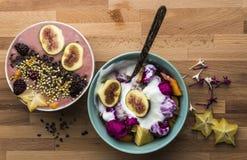 2 κύπελλα του σπιτικού γιαουρτιού με τα φρούτα στοκ εικόνες
