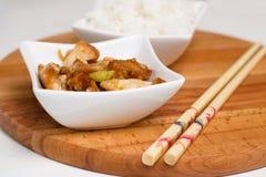 Κύπελλα των κινεζικών τροφίμων κρέατος κοτόπουλου ένα ρύζι Στοκ φωτογραφίες με δικαίωμα ελεύθερης χρήσης