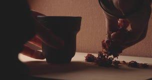 Κύπελλο αργίλου Hookah με την κινηματογράφηση σε πρώτο πλάνο καπνών φιλμ μικρού μήκους