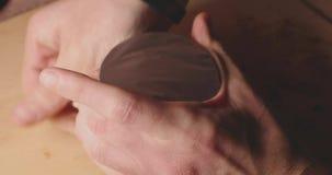 Κύπελλο αργίλου Hookah με την κινηματογράφηση σε πρώτο πλάνο καπνών απόθεμα βίντεο