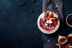 Κύπελλο γάλακτος αμυγδάλων με τις φράουλες και τα σύκα Στοκ Εικόνες
