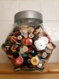 Κύπελλο γυαλιού με τα διάφορα κουμπιά στοκ εικόνα