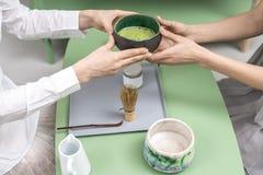 Κύπελλο εκμετάλλευσης με το πράσινο τσάι matcha Στοκ φωτογραφίες με δικαίωμα ελεύθερης χρήσης