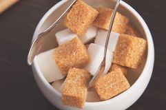 Κύπελλο ζάχαρης με τους κύβους της άσπρων ζάχαρης καλάμων, των ζάχαρη-λαβίδων και των πετσετών Διορισμοί ατμόσφαιρας και πινάκων  στοκ εικόνα