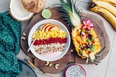 Κύπελλο καταφερτζήδων με τα τροπικά φρούτα Στοκ εικόνες με δικαίωμα ελεύθερης χρήσης