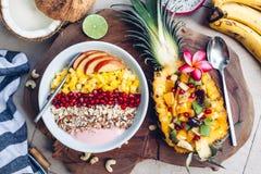 Κύπελλο καταφερτζήδων με τα τροπικά φρούτα Στοκ Εικόνα