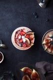 Κύπελλο καταφερτζήδων μπανανών βακκινίων με τα σύκα και την καρύδα Στοκ φωτογραφία με δικαίωμα ελεύθερης χρήσης