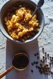 Κύπελλο με ένα κρύο επιδόρπιο καφέ και ένας κατασκευαστής καφέ στον πίνακα Σισιλιάνος γρανίτης Στοκ φωτογραφία με δικαίωμα ελεύθερης χρήσης