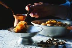 Κύπελλο με ένα κρύο επιδόρπιο καφέ, ένα πιάτο για το επιδόρπιο και ένα σιτάρι στην επιτραπέζια κινηματογράφηση σε πρώτο πλάνο Σισ Στοκ Εικόνες