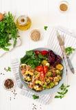 Κύπελλο με τα ζυμαρικά Farfalle, νεαροί βλαστοί των Βρυξελλών με το μπέϊκον και τη σαλάτα φρέσκων λαχανικών Στοκ Φωτογραφίες