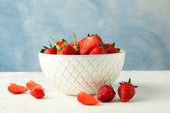 Κύπελλο με τις φρέσκες φράουλες στον άσπρο πίνακα στο μπλε κλίμα, διάστημα για το κείμενο Θερινά γλυκά φρούτα στοκ φωτογραφία με δικαίωμα ελεύθερης χρήσης