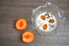 Κύπελλο με το γιαούρτι και τους διαφορετικούς σπόρους, το αμύγδαλο και το βερίκοκο Στοκ εικόνες με δικαίωμα ελεύθερης χρήσης