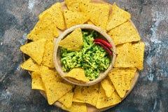 Κύπελλο με το guacamole με τα nachos σε ένα αγροτικό υπόβαθρο Παραδοσιακό μεξικάνικο πρόχειρο φαγητό Η τοπ άποψη, επίπεδη βάζει στοκ φωτογραφία με δικαίωμα ελεύθερης χρήσης