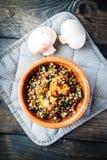 Κύπελλο μπαμπού του βρασμένου φαγόπυρου με τηγανισμένο champignon, το σπανάκι και τα κόκκινα φασόλια Στοκ Φωτογραφία