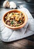 Κύπελλο μπαμπού του βρασμένου φαγόπυρου με τηγανισμένο champignon, το σπανάκι και τα κόκκινα φασόλια Στοκ εικόνα με δικαίωμα ελεύθερης χρήσης