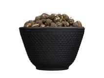 Κύπελλο σιδήρου το κινεζικό ξηρό πράσινο τσάι που απομονώνεται με στο λευκό Στοκ φωτογραφίες με δικαίωμα ελεύθερης χρήσης