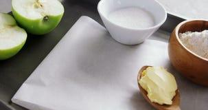 Κύπελλο της ζάχαρης και του μήλου, αλεύρι με το βούτυρο στο κουτάλι 4k φιλμ μικρού μήκους