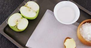 Κύπελλο της ζάχαρης και του μήλου, αλεύρι με το βούτυρο στο κουτάλι 4k απόθεμα βίντεο