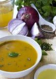 Κύπελλο της κίτρινης σούπας κολοκύνθης, μαγειρεύοντας συστατικά μέσα στοκ εικόνα με δικαίωμα ελεύθερης χρήσης