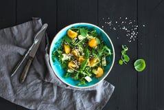 Κύπελλο της πράσινης σαλάτας με το αβοκάντο, το arugula, τις ντομάτες κερασιών και τους σπόρους ηλίανθων Στοκ φωτογραφίες με δικαίωμα ελεύθερης χρήσης