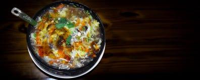 Κύπελλο της ταϊβανικής ξινής και πικάντικης σούπας ύφους που εξυπηρετείται στο ξύλινο S Στοκ φωτογραφίες με δικαίωμα ελεύθερης χρήσης