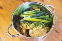 Κύπελλο της φυτικής σούπας ingridients στον ξύλινο πίνακα, υγιής διατροφή Στοκ Εικόνα