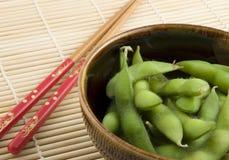 Κύπελλο του edamame με chopsticks Στοκ Εικόνα
