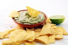 Κύπελλο του guacamole με tortilla τα τσιπ στο άσπρο υπόβαθρο στοκ εικόνες με δικαίωμα ελεύθερης χρήσης
