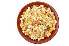Κύπελλο του muesli με τα ξηρά εξωτικά φρούτα στο λευκό στοκ εικόνες με δικαίωμα ελεύθερης χρήσης